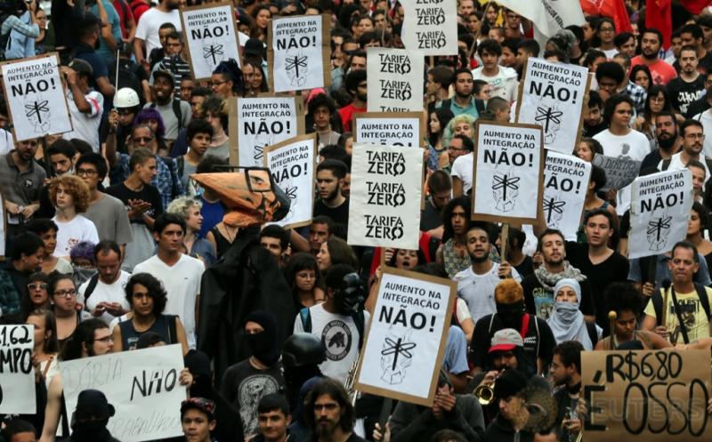 Ratusan warga turun ke jalan mengikuti aksi unjuk rasa memprotes kenaikan tarif transportasi di Sao Paulo, Brasil, Kamis (12/1/2017). (REUTERS/Paulo Whitaker)