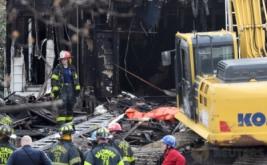 Sejumlah petugas pemadam kebakaran berada di lokasi kebakaran sebuah rumah tiga lantai di Baltimore, Maryland, Amerika Serikat (AS), Kamis (12/1/2017). Sedikitnya enam anak tewas akibat kebakaran tersebut. (REUTERS/Bryan Woolston)