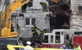 Petugas pemadam kebakaran mengevakuasi korban kebakaran sebuah rumah tiga lantai di Baltimore, Maryland, Amerika Serikat (AS), Kamis (12/1/2017). Sedikitnya enam anak tewas akibat kebakaran tersebut. (REUTERS/Bryan Woolston)