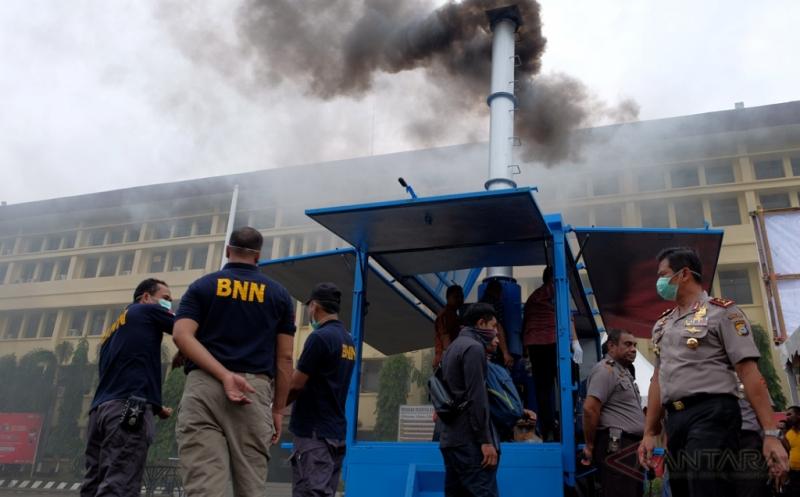 Kapolda Sulsel Irjen Muktiono (kanan) melihat proses pembakaran sabu menggunakan mobil pemusnahan narkoba milik BNN di Markas Polda Sulawesi Selatan, Makassar, Sabtu (13/1/2017). Sebanyak 15,37 kilogram sabu-sabu senilai Rp22 miliar dan berbagai macam pil ekstasi dimusnahkan yang terungkap selama dua bulan terakhir dari 13 tersangka.