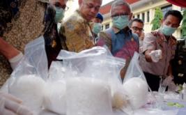 Kapolda Sulsel Irjen Muktiono (kanan) bersama Wakil Gubernur Sulawesi Selatan Agus Arifin Nu'mang (kedua kanan) melihat barang bukti narkoba jenis sabu di Markas Polda Sulawesi Selatan, Makassar, Sabtu (13/1/2017). Sebanyak 15,37 kilogram sabu-sabu senilai Rp22 miliar dan berbagai macam pil ekstasi dimusnahkan yang terungkap selama dua bulan terakhir dari 13 tersangka.