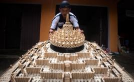 Perajin menyelesaikan pembuatan miniatur Candi Borobudur berbahan baku batang jagung di Giowari Putra Craft, Minggir II, Sendangagung, Minggir, Sleman, DI Yogyakarta, Jumat (31/1/2017). Berbagai kerajinan mulai dari miniatur Candi Borobudur, Monas, lukisan wajah, lampion maupun kursi berbahan baku batang jagung yang dipasarkan ke seluruh wilayah di Indonesia itu dijual antara Rp150.000 hingga Rp50 juta per biji tergantung model, kerumitan dan ukuran.