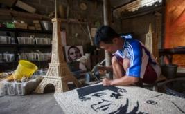 Perajin menyelesaikan pembuatan lukisan wajah Presiden pertama RI, Ir. Soekarno menggunakan limbah batang jagung di Giowari Putra Craft, Minggir II, Sendangagung, Minggir, Sleman, DI Yogyakarta, Jumat (31/1/2017). Berbagai kerajinan mulai dari miniatur Candi Borobudur, Monas, lukisan wajah, lampion maupun kursi berbahan baku batang jagung yang dipasarkan ke seluruh wilayah di Indonesia itu dijual antara Rp150.000 hingga Rp50 juta per biji tergantung model, kerumitan dan ukuran.