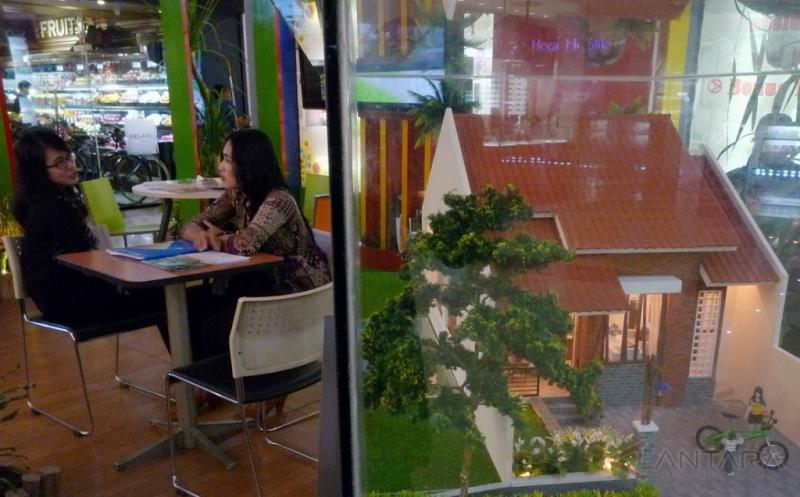 Penjaga stan menjelaskan tentang harga rumah dan fasilitasnya kepada calon konsumen pada pameran perumahan Real Estate Indonesia (REI) di Semarang, Jawa Tengah, Jumat (13/1/2017). REI Jateng menyatakan perbankan memberikan angin segar bagi sektor properti melalui penurunan suku bunga dari 9-10 persen menjadi 7,5-8 persen dan uang muka sebesar 20 persen dari sebelumnya 30 persen.