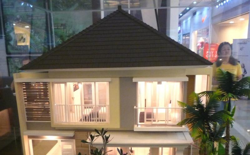 Pengunjung melintas di dekat miniatur sebuah rumah pada pameran perumahan Real Estate Indonesia (REI) di Semarang, Jawa Tengah, Jumat (13/1/2017). REI Jateng menyatakan perbankan memberikan angin segar bagi sektor properti melalui penurunan suku bunga dari 9-10 persen menjadi 7,5-8 persen dan uang muka sebesar 20 persen dari sebelumnya 30 persen.