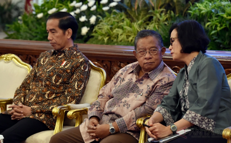 Presiden Joko Widodo (kiri) didampingi Menko Perekonomian Darmin Nasution (tengah) dan Menteri Keuangan Sri Mulyani (kanan) menyimak pemaparan dari Ketua Dewan Komisioner Otoritas Jasa Keuangan (OJK) Muliaman D Hadad dalam Pertemuan Awal Tahun Pelaku Industri Jasa Keuangan Tahun 2017 di Istana Negara, Jakarta, Jumat (13/1/2017). Presiden dalam kesempatan tersebut meminta pelaku industri jasa keuangan memberikan kredit kepada sektor produktif, utamanya adalah UMKM.