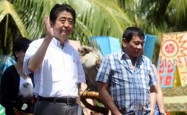 Perdana Menteri Jepang Shinzo (kiri) bersama Presiden Filipina Rodrigo Duterte usai penyerahan boneka Elang Filipina bernama Sakura kepada Perdana Menteri Jepang Shinzo Abe di Davao, Filipina, Jumat (13/1/2017). Elang Filipina merupakan salah satu burung raptor hutan terbesar dan terkuat di dunia, serta termasuk elang terlangka di dunia. (REUTERS/Lean Daval Jr)