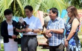 Perdana Menteri Jepang Shinzo Abe (dua kiri) memegang boneka Elang Filipina bernama Sakura yang diberikan Presiden Filipina Rodrigo Duterte (dua kanan), disaksikan istri Shinzo Abe, Akie Abe (kiri) dan istri Duterte, Honeylet Avancena, di Davao, Filipina, Jumat (13/1/2017). Elang Filipina merupakan salah satu burung raptor hutan terbesar dan terkuat di dunia, serta termasuk elang terlangka di dunia. (REUTERS/Lean Daval Jr)