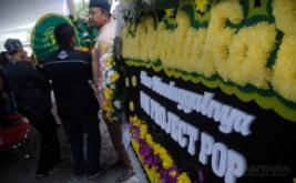 Kerabat membawa jenazah Almarhum Mochamad Fachroni atau Oon Project Pop untuk disalatkan di Masjid Al-Husna, Bandung, Jawa Barat, Jumat (13/1/2017). Oon Project Pop tutup usia setelah sempat menjalani perawatan di Rumah Sakit, dengan meninggalkan seorang istri dan dua anak laki-laki, yang kemudian jenazahnya direncanakan dimakamkan di TPU Mekar Wangi Bandung.