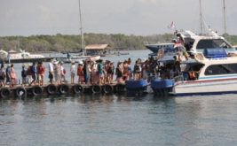 Sejumlah wisatawan berjalan di dermaga untuk berwisata dengan kapal laut di Serangan, Denpasar, Bali, Jumat (13/1/2017). Bali menargetkan pemberdayaan pelabuhan laut yang bisa mengakomodasi kapal pesiar sehingga dapat meningkatkan kunjungan wisatawan di tahun 2017 yaitu sebanyak 5,5 juta orang dari sebelumnya 4,4 juta orang pada tahun 2016.