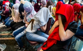 Puluhan perempuan warga negara asing (WNA) menutup wajahnya seusai operasi pengawasan orang asing di Jakarta, Jumat (13/1/2017). Operasi tersebut mengamankan 32 perempuan dari enam negara antara lain Vietnam, Kazakhstan, Uzbekistan, Tiongkok, Maroko, dan Rusia yang dipekerjakan sebagai pemandu karaoke dan PSK.