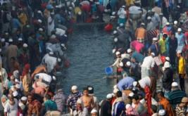 Umat muslim mengambil air wudhu sebelum melaksanakan salat Jumat di sebuah jalan di Dhaka, Bangladesh, Jumat (13/1/2017). (REUTERS/Mohammad Ponir Hossain)