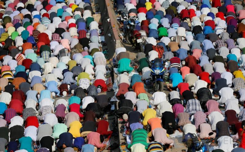 Umat muslim melaksanakan salat Jumat di sebuah jalan di Dhaka, Bangladesh, Jumat (13/1/2017). (REUTERS/Mohammad Ponir Hossain)