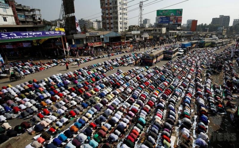 Ribuan umat muslim melaksanakan salat Jumat di sebuah jalan di Dhaka, Bangladesh, Jumat (13/1/2017). (REUTERS/Mohammad Ponir Hossain)