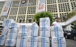 Komisioner KPU Arief Budiman (kanan) bersama Kasubag Logistik KPUD Papua Abdul Aziz Noch (kiri) memeriksa paket logistik tinta Pilkada yang akan dikirim ke Papua, di Jakarta, Jumat (13/1/2017). Logistik Pemilihan Kepala Daerah (Pilkada) Provinsi Papua dan Papua Barat dikirim lebih awal karena kendala geografis, sehingga seluruh logistik akan tiba di lokasi TPU tepat pada pelaksanaan pemungutan suara serentak pada 15 Februari 2017 mendatang.