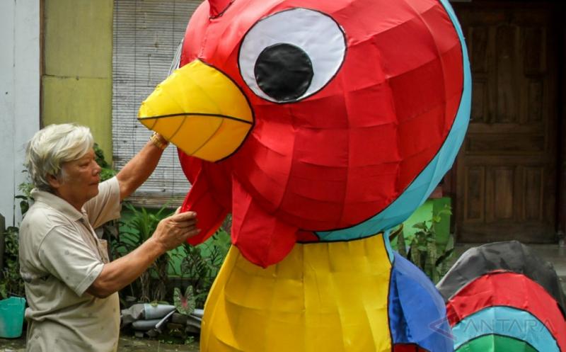 Perajin lampion shio menata lampion karakter shio di Mojosongo, Solo, Jawa Tengah, Jumat (13/1/2017). Lampion karakter shio tersebut dijual dengan harga Rp5 juta hingga Rp7,5 juta tergantung ukuran dan tingkat kerumitan pembuatan.