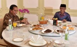 Presiden Joko Widodo (kiri) menjamu makan siang Ketua PP Muhammadiyah Haedar Nashir (kanan) di Istana Merdeka, Jakarta, Jumat (13/1/2017). Pertemuan tersebut diantaranya membahas tentang membangun Indonesia yang berdaulat dan berkeadilan sosial serta peran serta Muhammadiyah dalam membantu mengatasi kesenjangan sosial melalui pendidikan dari perguruan tinggi, rumah sakit hingga lembaga-lembaga penggerak ekonomi milik organisasi yang didirikan KH Ahmad Dahlan itu.