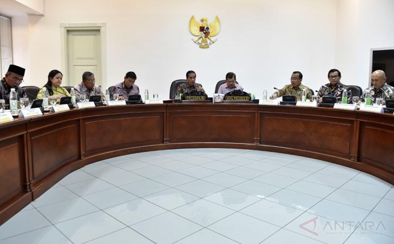 Presiden Joko Widodo (kelima kiri) didampingi Wakil Presiden Jusuf Kalla (keempat kanan) menyampaikan arahan pada rapat terbatas tentang Integrasi Penyaluran Subsidi Energi dengan Program Kartu Keluarga Sejahtera di Kantor Presiden, Jakarta, Jumat (13/1/2017). Presiden menekankan agar subsidi energi meliputi Bahan Bakar Minyak (BBM), elpiji 3 kg dan listrik harus tepat sasaran yaitu kepada rakyat miskin, usaha kecil, dan usaha mikro yang layak dibantu.