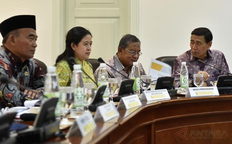 Menko Polhukam Wiranto (kanan) berbincang dengan Menko Perekonomian Darmin Nasution (kedua kanan), Menko PMK Puan Maharani (kedua kiri) dan Menteri Pendidikan dan Kebudayaan Muhadjir Effendy (kiri) sebelum rapat terbatas tentang Integrasi Penyaluran Subsidi Energi dengan Program Kartu Keluarga Sejahtera di Kantor Presiden, Jakarta, Jumat (13/1/2017). Presiden menekankan agar subsidi energi meliputi Bahan Bakar Minyak (BBM), elpiji 3 kg dan listrik harus tepat sasaran yaitu kepada rakyat miskin, usaha kecil, dan usaha mikro yang layak dibantu.