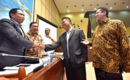 Ketua Komisi II DPR Zainuddin Amali (kiri) berjabat tangan dengan Ketua KPU Juri Ardiantoro (kedua kanan) dan Ketua Bawaslu Muhammad (kanan) ketika mengikuti rapat dengar pendapat dengan Komisi II DPR di Komplek Parlemen Senayan, Jakarta, Jumat (13/1/2017). Rapat itu membahas persiapan pilkada serentak 2017.