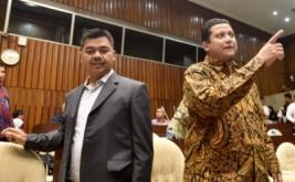 Ketua KPU Juri Ardiantoro (kiri) berbincang dengan Ketua Bawaslu Muhammad ketika mengikuti rapat dengar pendapat dengan Komisi II DPR di Komplek Parlemen Senayan, Jakarta, Jumat (13/1/2017). Rapat itu membahas persiapan pilkada serentak 2017.
