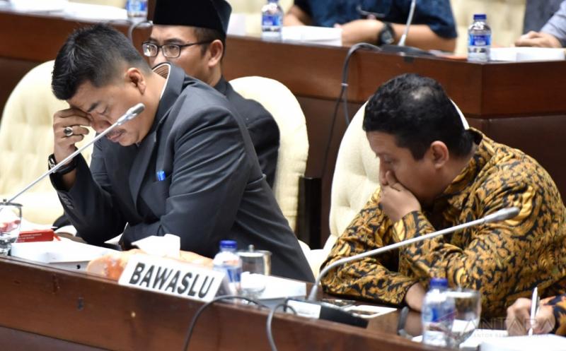 Ketua KPU Juri Ardiantoro (kiri) dan Ketua Bawaslu Muhammad mengikuti rapat dengar pendapat dengan Komisi II DPR di Komplek Parlemen Senayan, Jakarta, Jumat (13/1/2017). Rapat itu membahas persiapan pilkada serentak 2017.
