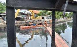 Sejumlah petugas UPK (Unit Pelaksana Kebersihan) BA Badan Air) membersihkan sampah di kali Sentiong, Kemayoran, Jakarta Pusat, Jum'at (13/1/2017). Menurut petugas pembersihan dilakukan untuk mengurangi luapan air ke jalan yang diakibatkan tumpukan sampah ketika curah hujan tinggi.