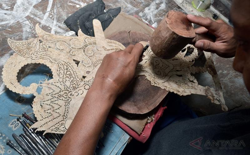 Perajin memproduksi wayang kulit secara tradisional di salah satu sentra di Sutojayan, Blitar, Jawa Timur, Jumat (13/1/2017). Tahun ini, Kementerian Koperasi, Usaha Kecil dan Menengah (UKM) menargetkan penyaluran kredit usaha rakyat (KUR) mencapai Rp 110 triliun, jumlah itu meningkat 10 persen dari target 2016 sebesar Rp 100 triliun.