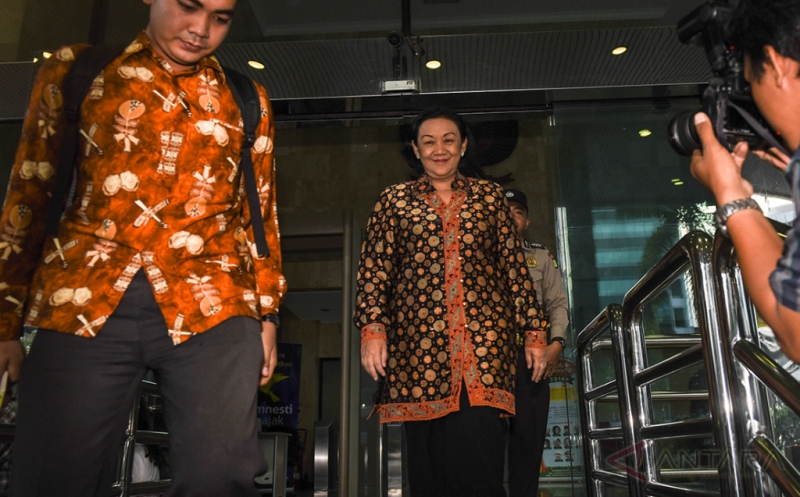 Mantan Sekjen Kemendagri Diah Anggraeni (tengah) meninggalkan gedung Komisi Pemberantasan Korupsi usai menjalani pemeriksaan di Jakarta, Jumat (13/1/2917). Diah Anggraeni diperiksa penyidik KPK sebagai saksi untuk melengkapi berkas pada kasus korupsi pengadaan E-KTP.