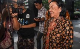 Mantan Sekjen Kemendagri Diah Anggraeni meninggalkan gedung Komisi Pemberantasan Korupsi usai menjalani pemeriksaan di Jakarta, Jumat (13/1/2017). Diah Anggraeni diperiksa penyidik KPK sebagai saksi untuk melengkapi berkas pada kasus korupsi pengadaan E-KTP.
