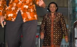 Mantan Sekjen Kemendagri Diah Anggraeni (kanan) dicecar pertanyaan wartawan saat meninggalkan gedung Komisi Pemberantasan Korupsi usai menjalani pemeriksaan di Jakarta, Jumat (13/1/2017). Diah Anggraeni diperiksa penyidik KPK sebagai saksi untuk melengkapi berkas pada kasus korupsi pengadaan E-KTP.