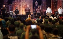 Dari kiri, pasangan nomor urut satu, Agus Harimurti Yudhoyono-Sylviana Murni, pasangan nomor urut dua Basuki Tjahaja Purnama (Ahok)-Djarot Saiful Hidayat dan pasangan nomor urut tiga, Anies Baswedan-Sandiaga Uno saat debat putaran pertama di Jakarta, Jumat (13/1/2017). Debat calon Gubernur dan Wakil Gubernur pertama tersebut mengangkat tema pembangunan sosial ekonomi untuk Jakarta.