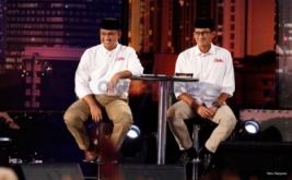 Pasangan nomor urut tiga, Anies Baswedan-Sandiaga Uno saat mengikuti debat putaran pertama di Jakarta, Jumat (13/1/2017). Debat calon Gubernur dan Wakil Gubernur pertama tersebut mengangkat tema pembangunan sosial ekonomi untuk Jakarta.