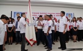 Ketua Umum Partai Persatuan Indonesia (Perindo) Hary Tanoesoedibjo memberikan pataka kepada Ketua DPW Grind Perindo DKI Jakarta Abdul Syukur Sangaji di Kantor DPP Partai Perindo, Jakarta Pusat, Jumat (13/1/2017).