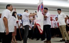 Ketua Umum Partai Persatuan Indonesia (Perindo) Hary Tanoesoedibjo memberikan pataka kepada Ketua DPW Pemuda DKI Jakarta Jonner B Silaen Perindo di Kantor DPP Partai Perindo, Jakarta Pusat, Jumat (13/1/2017).