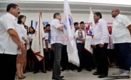Ketua Umum Partai Persatuan Indonesia (Perindo) Hary Tanoesoedibjo memberikan pataka kepada Ketua DPW LBH Perindo DKI Jakarta Raja M M Manik di Kantor DPP Partai Perindo, Jakarta Pusat, Jumat (13/1/2017).
