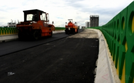 Pekerja melakukan pengaspalan jalan layang khusus Transjakarta Koridor Kebayoran Lama di Kebayoran Lama, Jakarta, Jumat (13/1/2017). Pengerjaan Jalan layang khusus Trans-Jakarta sepanjang 9,3 km tersebut sudah mencapai 90 persen dan ditargetkan rampung sebelum 2018.