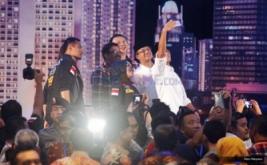 Pasangan nomor urut satu Agus Harimurti Yudhoyono-Sylviana Murni, pasangan nomor urut dua Basuki Tjahaja Purnama (Ahok)-Djarot Saiful Hidayat dan pasangan nomor urut tiga, Anies Baswedan-Sandiaga Uno melakukan wefie usai debat putaran pertama di Jakarta, Jumat (13/1/2017). Debat calon Gubernur dan Wakil Gubernur pertama tersebut mengangkat tema pembangunan sosial ekonomi untuk Jakarta.