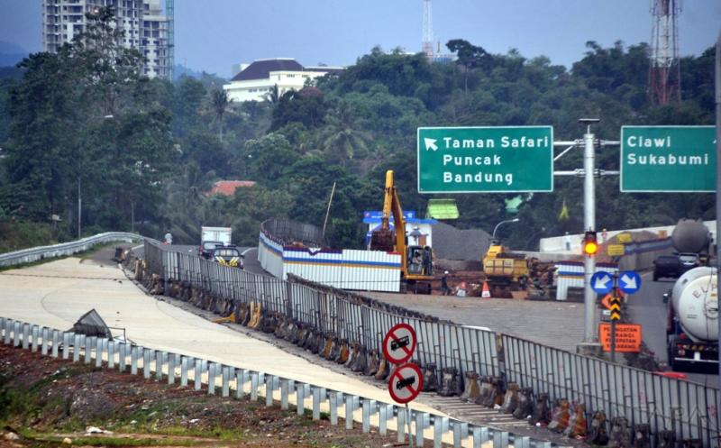 Pekerja menyelesaikan proyek tol Bogor-Ciawi-Sukabumi (Bocimi) di Gadog, Kabupaten Bogor, Jawa Barat, Jumat (13/1/2017). Pembangunan tol Bocimi dibagi dalam empat seksi, ditargetkan seksi satu yaitu dari Ciawi sampai Cigombong akan beroperasi pada akhir 2017, sedangkan seksi 2, 3, dan 4 masih proses pembebasan lahan.