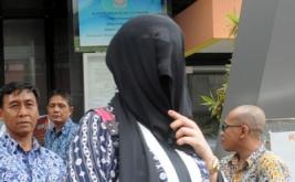 Seorang Warga Negara Asing (WNA) menutupi wajahnya saat diamankan petugas di Kantor Imigrasi, Kota Bogor Jawa Barat, Jumat (13/1/2017). Kantor Imigrasi Bogor mengamankan empat WNA asal Maroko yang diduga bekerja sebagai Pekerja Seks Komersial (PSK) di kawasan Puncak.