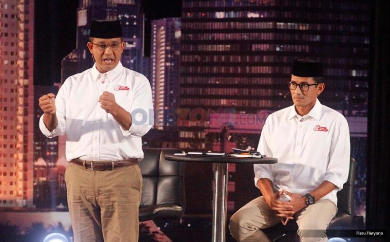 Pasangan nomor urut tiga, Anies Baswedan-Sandiaga Uno saat mengikuti debat putaran pertama di Jakarta, Jumat (13/1/2017). Anies-sandi berkomitmen untuk memberikan pendidikan total terkait gaya hidup warga Ibu Kota agar membiasakan diri untuk menikmati transportasi massal yang ada di Jakarta.