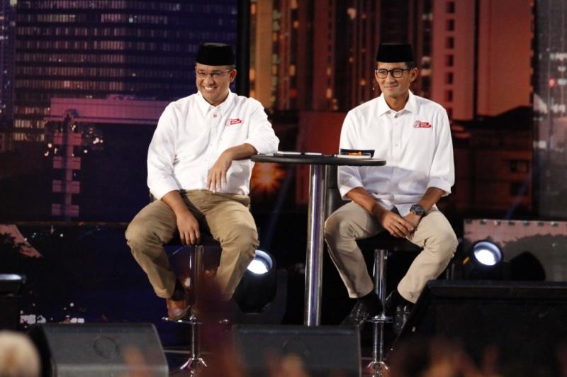 Pasangan nomor urut tiga, Anies Baswedan-Sandiaga Uno saat mengikuti debat putaran pertama di Jakarta, Jumat (13/1/2017).. Anies-sandi berkomitmen untuk memberikan pendidikan total terkait gaya hidup warga Ibu Kota agar membiasakan diri untuk menikmati transportasi massal yang ada di Jakarta.