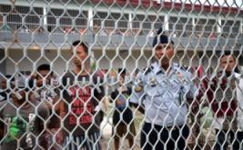 Seseorang berpakaian pramuka berdiri di depan gedung lama yang telah direnovasi di Rumah Tahanan kelas I usai diresmikan, Makassar, Sulawesi Selatan, Jumat (13/1/2017). Pembangunan gedung baru serta renovasi gedung lama yang menghabiskan dana APBN tahun anggaran 2016 sebesar Rp19 miliar tersebut berjumlah 8 kamar sehingga kapasitas bertambah dari 620 menjadi 800 tahanan, meski demikian ruang tahanan yang ada saat ini belum memadai dan masih kekurangan kapasitas dengan jumlah tahanan 1.764 orang.
