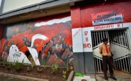 Sejumlah tahanan berada di balik pagar gedung lama yang telah direnovasi di Rumah Tahanan kelas I usai diresmikan, Makassar, Sulawesi Selatan, Jumat (13/1/2017). Pembangunan gedung baru serta renovasi gedung lama yang menghabiskan dana APBN tahun anggaran 2016 sebesar Rp19 miliar tersebut berjumlah 8 kamar sehingga kapasitas bertambah dari 620 menjadi 800 tahanan, meski demikian ruang tahanan yang ada saat ini belum memadai dan masih kekurangan kapasitas dengan jumlah tahanan 1.764 orang.
