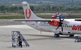 Pesawat Wings Air yang diduga mengalami gangguan mesin terparkir di Bandara Udara Mutiara Sis Al-Jufri, Palu, Sulawesi Tengah, Sabtu (14/1/2017). Pesawat tipe ATR 72-500 dengan nomor penerbangan IW 1156 rute Palu-Luwuk yang telah mengudara selama 10 menit kembali mendarat setelah mengalami gangguan pada mesin sebelah kanan.