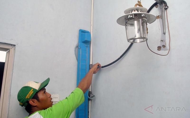 Anggota bank sampah Rangga Mekar menyalakan lampu tenaga gas metan di lokasi Tempat Pengelolaan Sampah Reuse, Reduce, dan Recycle (TPS 3R) di Kelurahan Rangga Mekar, Kota Bogor, Jawa Barat, Jumat (13/1/2017). Lampu dengan tenaga gas metan tersebut dihasilkan melalui pemilahan dan pengolahan sampah berdasarkan jenisnya baik organik maupun nonorganik yang ditampung dalam biodigester serta dimanfaatkan untuk keperluan memasak dan penerangan.