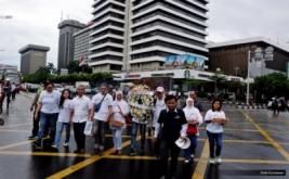Keluarga korban peristiwa serangan dan ledakan bom Thamrin berjalan menuju Pos Polisi Kawasan Sarinah, Jakarta Pusat, Sabtu (14/1/2017). Aksi mereka untuk menuntut kompensasi pemerintah sebesar Rp 1,3 miliar yang belum terpenuhi kendati telah mengajukan permohonan melalui Lembaga Perlindungan Saksi dan Korban (LPSK).
