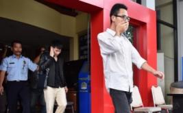 Petugas Kantor Imigrasi Madiun menggiring dua warga negara Tiongkok, XW dan YL, saat akan dideportasi, di Kantor Imigrasi Madiun, Madiun, Jawa Timur, Sabtu (14/1/2017). Kantor Imigrasi Madiun mendeportasi dua orang warga negara Tiongkok karena melanggar dokumen keimigrasian.