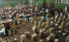Puluhan orang menyelesaikan pelipatan surat suara di GOR Sasana Krida Adhikarsa, Brebes, Jawa Tengah, Sabtu (14/1/2017). KPU Brebes menargetkan proses pelipatan surat suara sebanyak 1.562.062 untuk 1.522.560 DPT tersebut dapat selesai dalam tujuh hari.