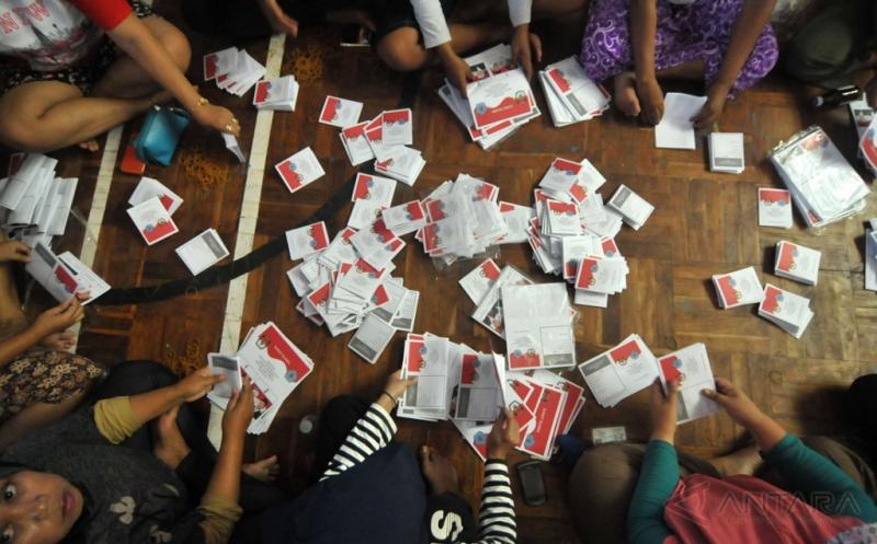 Sejumlah orang menyelesaikan pelipatan surat suara di GOR Sasana Krida Adhikarsa, Brebes, Jawa Tengah, Sabtu (14/1/2017). KPU Brebes menargetkan proses pelipatan surat suara sebanyak 1.562.062 untuk 1.522.560 DPT tersebut dapat selesai dalam tujuh hari.